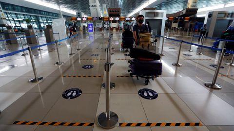La distancia social se ha impuesto en todos los aeropuertos, como en el de Jakarta, en la imagen