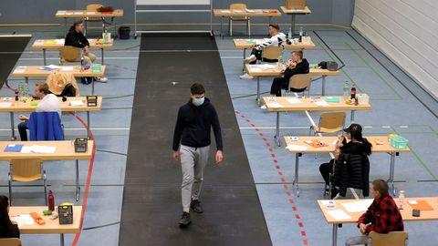 Los estudiantes se preparan para su examen final de biología, en un pabellón deportivo que se ha convertido en un aula en la Privat High School Stadtkrone de Dortmund