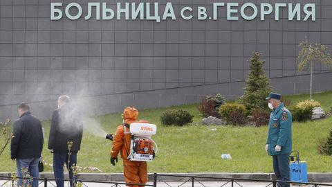 Los bomberos desinfectaron a las personas que se aproximaron hasta el lugar del incendio