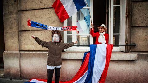 Ciudadanos franceses celebran, en Saint Mande, el fin del confinamiento, ayer lunes