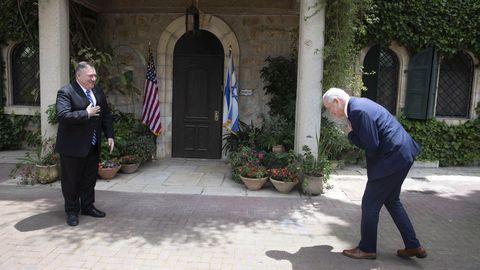 Benny Gantz, socio de Gobierno de Netanyahu, se inclina ante la llegada de Pompeo