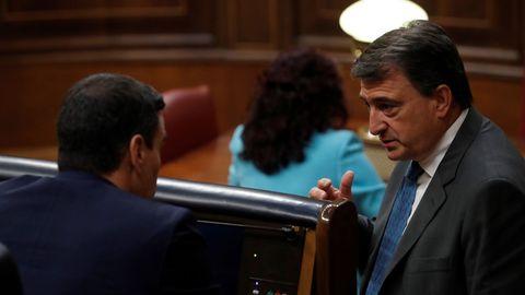 El portavoz del PNV, Aitor Esteban, conversando con el presidente del Gobierno, Pedro Sánchez, en el pleno de este miércoles