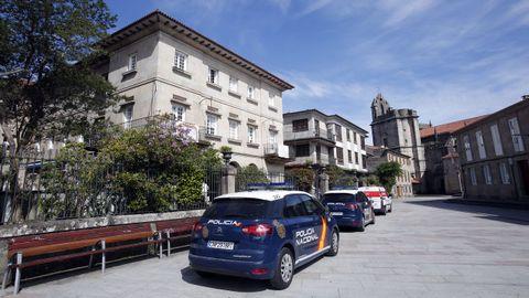 Coches patrulla de la Policía Nacional en la plaza de Santa María