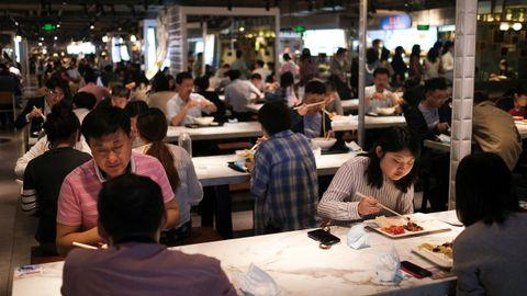 Decenas de personas almuerzan en un restaurante de la ciudad china de Pekín