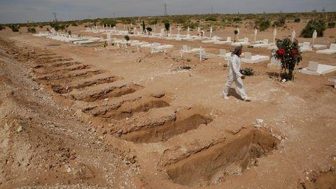 Un sepulturero camina entre las tumbas abiertas del cementerio de Ciudad Juárez, en México, destinadas a los fallecidos por covid