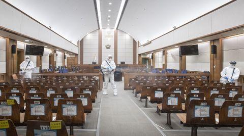 Desinfección de los juzgados de Seúl, cerrados durante la época de mayor transmisión del virus