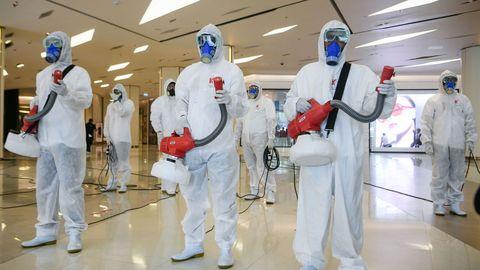 Tareas de desinfección de un centro comercial en Bangkok antes de su reapertura