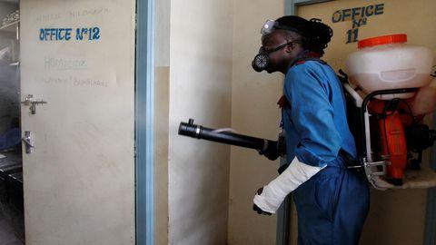Un voluntario fumiga oficinas en Nairobi, Kenia