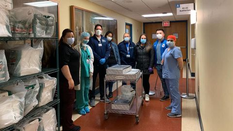 Miembros de la Casa de Galicia, en una donación a un hospital de Queens
