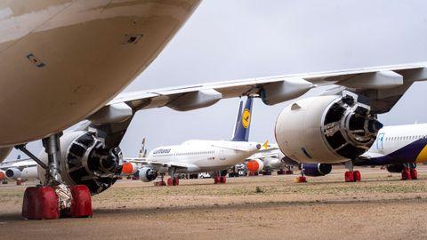 Aviones estacionados, ayer, en el aeropuerto de Teruel