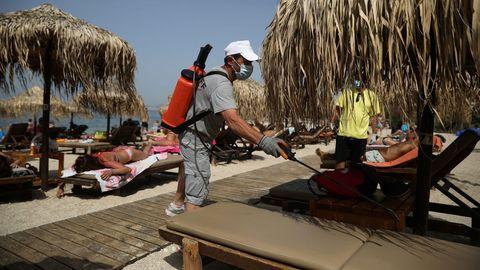 Desinfección en una playa de Atenas