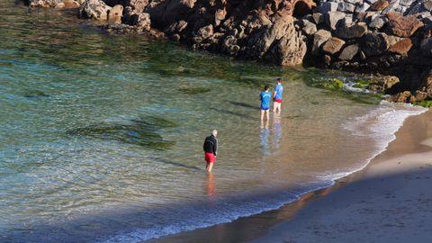 En la ciudad herculina, las playas se llenaron de gente. Hubo quien no se resistió a mojar los pies
