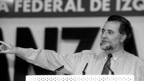 Anguita fue secretario general del PCE entre 1988 y 1998, y promovió la unidad de formaciones que entonces estaban a la izquierda del PSOE, con el que marcó siempre las distancias, en Izquierda Unida, en cuyas filas fue coordinador general entre 1989 y 2000, año en el que se retiró tras sufrir un infarto.