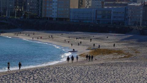 La playa del Orzán se llenó a primera hora de paseantes