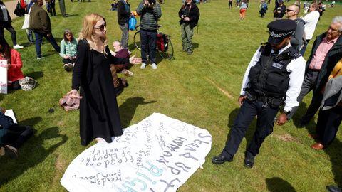 Cientos de manifestantes se citaron en el londinense parque de Hyde Park para protestar contra las restricciones impuestas a causa del coronavirus. La policía intervino y detuvo a varios activistas