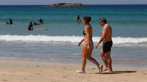 Algunos se animaron a pasear en bañador por A Lanzada. Otros se lanzaban al mar a practicar deporte