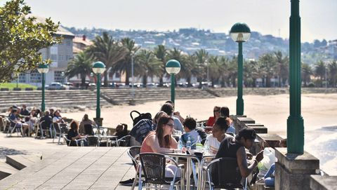 Las terrazas de Santa Cristina (Oleiros) se llenan con el buen tiempo