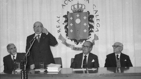 Carvalho Calero fala nun acto da Academia o 17 de maio de 1980, en presenza de Marino Dónega, Domingo García-Sabell e Francisco Vales Villamarín (de esquerda a dereita)