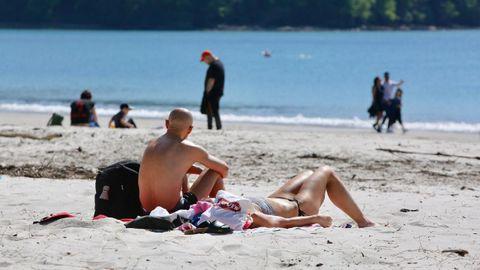 Varias personas aprovecharon para tomar el sol en la playa de Cabanas, pese a que está prohibido