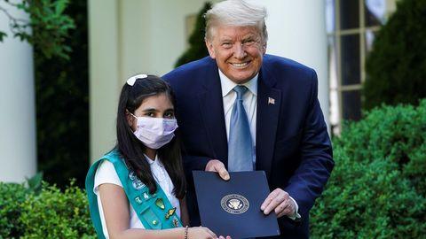 Trump posa con una «girl scout» durante un acto en la Casa Blanca