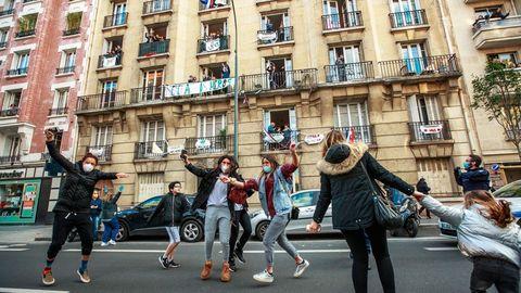 En un barrio de París celebran que el pasado lunes el país comenzó a aliviar las restricciones