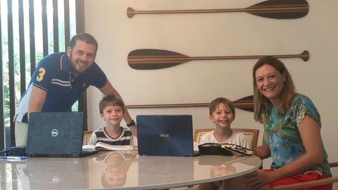 Ramón Girón, con su mujer y sus hijos realizando las tareas escolares