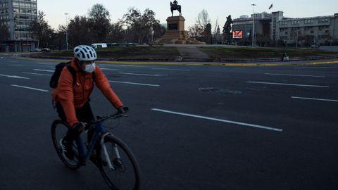 Un ciclista, ayer, en una solitaria avenida de Santiago de Chile
