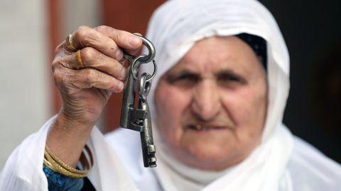 Una mujer sostiene las llaves de la casa de la que fue desalojada tras la ocupación de Israel, en el 72º aniversario de la Nakba (catástrofe, en árabe), que supuso para los palestinos la creación del Estado hebreo en 1948