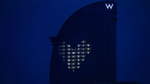 El hotel W de Barcelona, donde ha permanecido confinado durante dos meses su director de mantenimiento, ilumina cada noche su fachada con un mosaico en forma de corazón gracias a la luz que sale de diversas habitaciones. Es una especie de mensaje de ánimo a la población durante el vigente estado de alarma