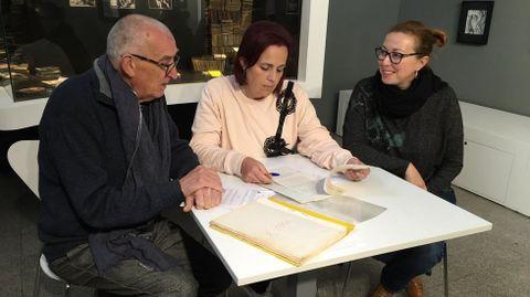 Andrea Serodio (derecha), con la alcaldesa de Camariñas, Sandra Insua, y el documentalista Joan Mallarach
