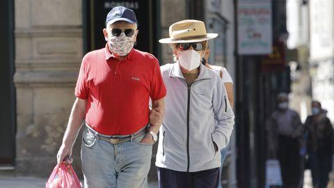 Dos ancianos, de paseo en el entorno de Santa Eufemia