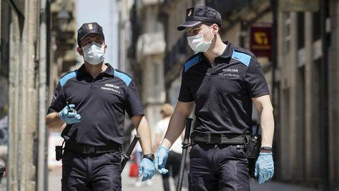 Una pareja de policías locales patrullaba al mediodía por el centro de la ciudad