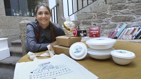 La imagen del «delivery» de Lucía Freitas es un dibujo de la propia cocinera viajando sobre un cohete