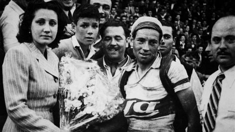 Delio Rodríguez Barros el día que se proclamó campeón de la Vuelta ciclista a España el 31 de mayo de 1945 con 29 años vistiendo el maillot del «Diario Ya», entonces patrocinador de la carrera. Delio conserva a día de hoy el récord de victorias de etapa en una misma edición con doce triunfos.