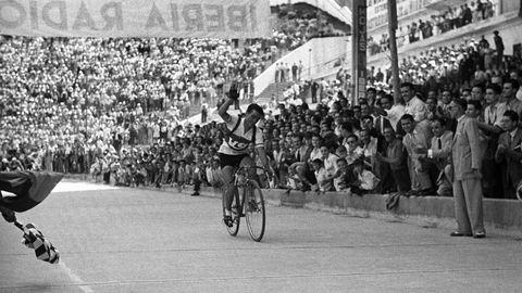 Emilio Rodríguez Barros atravesando la meta del antiguo estadio Metropolitano de Madrid en la última etapa de la ronda española en septiembre de 1950 que lo coronó como campeón a los 26 años por delante de Manuel Rodríguez, también hermano suyo y tres años más joven.