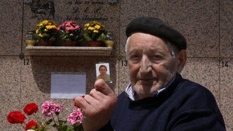 Manuel Méndez muestra una foto de su mujer delante de su lápida, en el cementerio de San Mauro, en Pontevedra