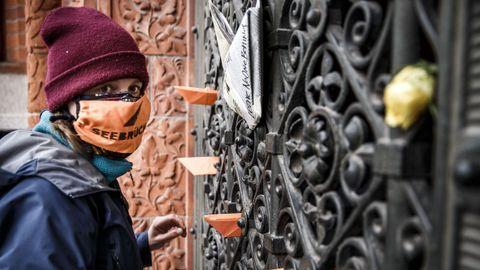 Una mujer participaba ayer domingo en una protesta en Berlín por las condiciones en los campamentos de refugiados en Grecia durante la pandemia de coroanvirus