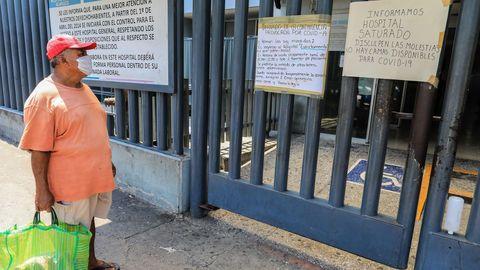 «HOSPITAL SATURADO, DISCULPE LAS MOLESTIAS». Imagen de ayer domingo a la entrada de un hospital en el balneario de Acapulco, en el sureño estado de Guerrero