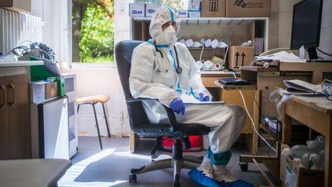 El médico Doctor Gyorgy Horvath, que atiende casos de coronavirus, en el Instituto de Pulmonología de Budapest