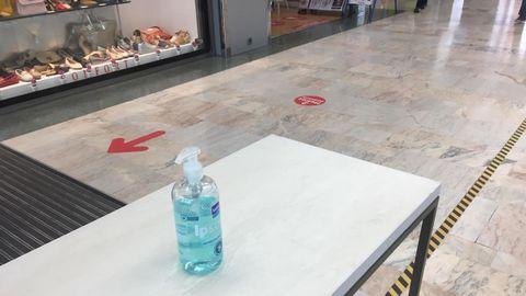 Gel desinfectante en la entrada de un centro comercial