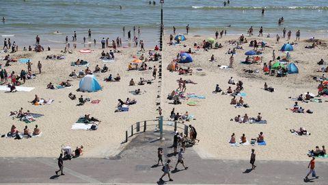 En Bournemouth, Inglaterra, se mantiene cierta distancia social en la playa