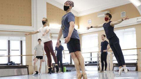Los bailarines usan máscaras protectoras mientras entrenan en la Ópera y el Teatro de Ballet Académico Nacional de Bielorrusia