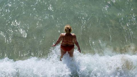 Las playas de Riazor, Orzán, Matadero y San Amaro se llenaron de gente en el primer día de la fase 2 de la desescalada, con el baño ya permitido