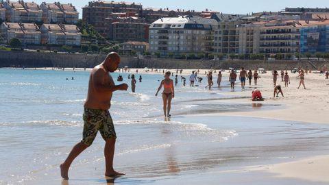 La playa de Silgar, en Sanxenxo, ha recibido a los primeros bañistas