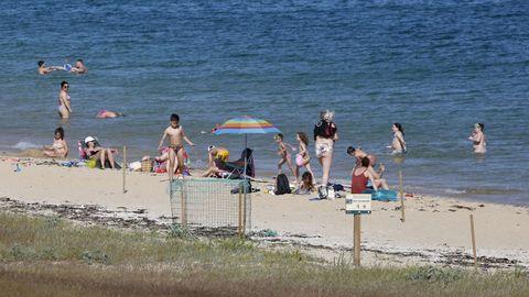 En la playa de Coroso, en Barbanza, se han rescatado sombrillas, toallas y bañadores