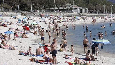 Las playas de Samil y O Vao, en Vigo, de bote en bote