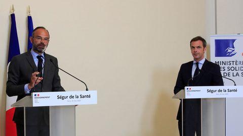 El primer ministro francés, Edouard Philippe, a la izquierda, con el ministro de Salud Olivier Veran
