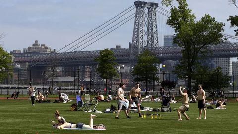 Los estadounidenses disfrutaron ayer de un día festivo y soleado. En la imagen, en East River, Nueva York