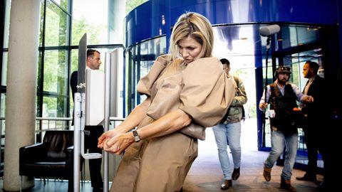 La reina Máxima de Holanda usa un dispensador de desinfectante a la entrada de un hospital de Ámsterdam que visitó