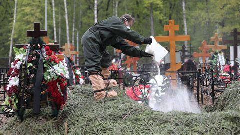 Entierro de un fallecido por covid-19 en un cementerio de Moscú